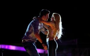 Шакира и Пике на сцене