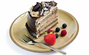 Шоколадный торт и ягоды