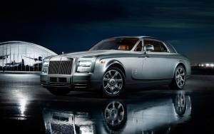 Серебристый Rolls-Royce Phantom