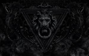 Готичная дверь со львом