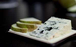 Кусочек сыра с плесенью