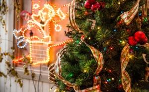 Новогодняя елка с лентами