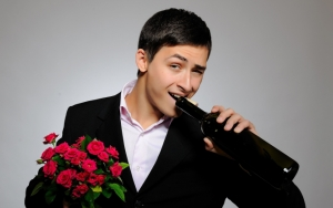Мужчина с цветами и вином