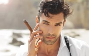 Мужчина с сигарой