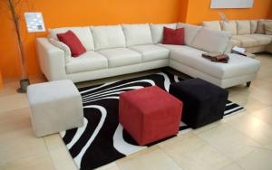 Кожаный диван и пуфики