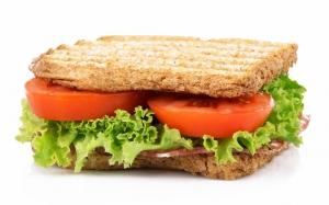 Сэндвич с помидорами и салатом