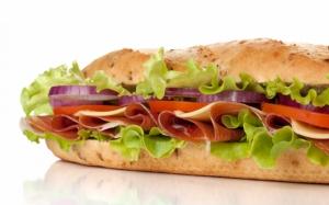 Сэндвич с красным луком
