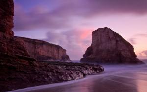 Скалы на пляже