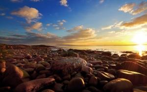Закат на каменистом пляже