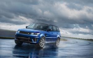 Range Rover Sport на мокрой трассе