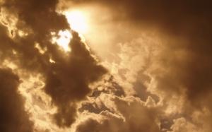 Солнце пробивается через облака