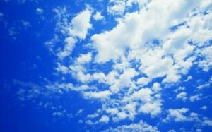 Облака в синем небе