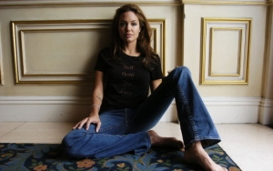 Анджелина Джоли на полу