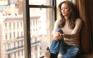 Задумчивая Анджелина Джоли